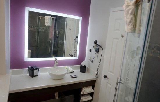 Welcome To Muir Lodge Motel - Vanity Area